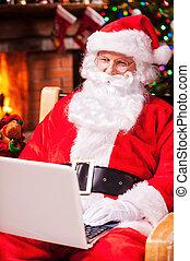dolgozó, fa, claus., modern, klaus, ülés, szék, háttér, kandalló, karácsony, szent, jókedvű, mosolygós, övé, laptop, időz