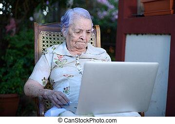 dolgozó, nagyanyó