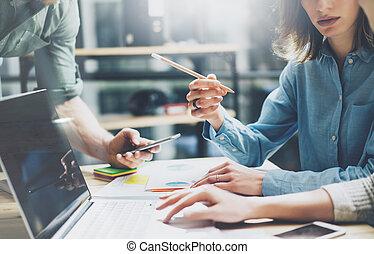 dolgozó, project., film, effect., új, startup, asztal., smartphone., fénykép, jegyzetfüzet, nő, legénység, háttér, kiállítás, process., coworking, ember, fiatal, laptop, erdő, horizontális, életlen, birtok, ellenző, ügy