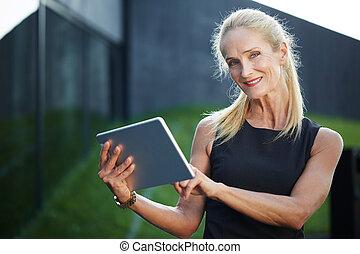 dolgozó, tabletta, online