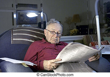 dolgozat, felolvasás, idősebb ember