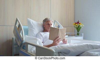dolly, grit, van, een, nadenkend, oud, bemannen lees, boek, in, een, ziekenhuis