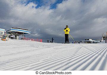 dolomiten, fahren schi bereich, mit, schöne , slopes., a, skier, in, a, gelbe jacke, auf, der, schineigung