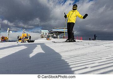 dolomiten, fahren schi bereich, mit, schöne , slopes., a, skier, in, a, gelbe jacke, auf, der, ski, slope., alpe, cermis, italien