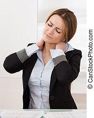 dolor, cuello, mujer de negocios, joven, atractivo, sufrir