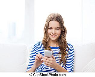domů, týkající se mládeže od 13 do 19 let, smartphone, úsměv sluka