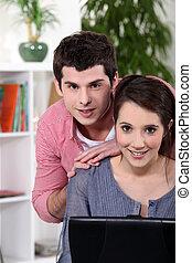 dom, laptop, para, młody