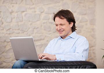 dom, laptop, uśmiechanie się, pracujący, człowiek