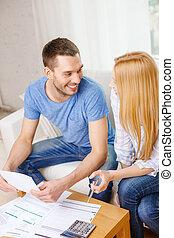 dom, para, uśmiechanie się, kalkulator, papiery