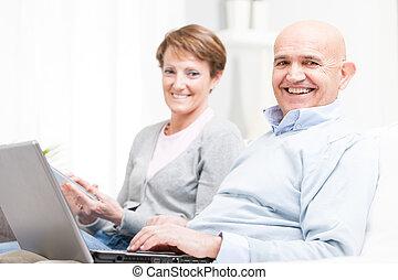 dom, para, wiek średni, odprężając, szczęśliwy