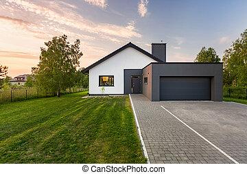 dom, podwórze, garaż