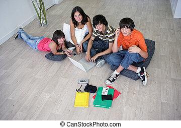dom, poza, grupa, nastolatki, wisząc