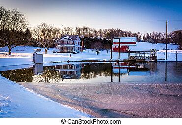 dom, semi-frozen, pennsylvania., odbijanie się, york, staw, wiejski, hrabstwo, stodoła
