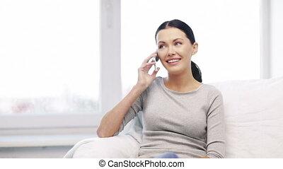 dom, smartphone, kobieta uśmiechnięta