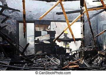 dom, spalony na zewnątrz
