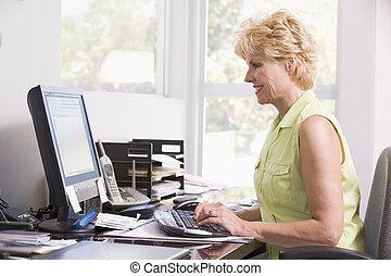 dom, uśmiechnięta kobieta, komputer, biuro