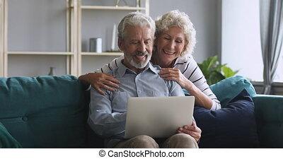 dom, używający laptop, rozmowa, babcia, szczęśliwy, dziadek, starszy