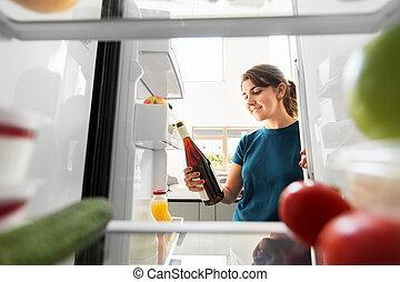dom, wpływy, kobieta, szczęśliwy, wino, lodówka, butelka