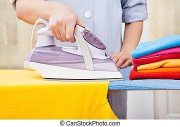 domestica, vestiti stirano
