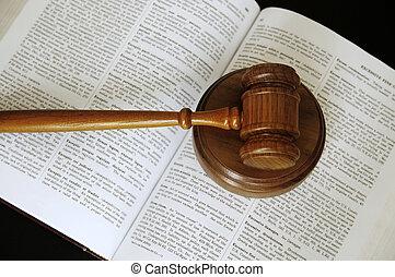 dommere, gavel, siddende, på, en, åbn, juridisk bog