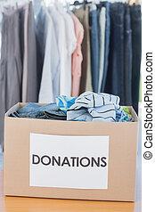 donaciones, caja, lleno, de, ropa, en, fr