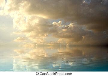 donker, storm, op, ondergaande zon , met, water, weerspiegeling., een, hemel, van, wolken, weerspiegelde in, een, kalm, sea.
