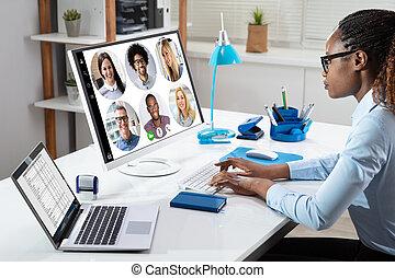 données ordinateur, analyser, femme affaires