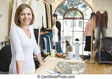 donna, a, deposito vestiti, sorridente