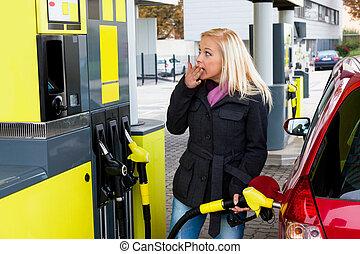 donna, a, distributore di benzina, a, rifornire carburante
