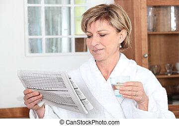 donna, accappatoio, vetro acqua, giornale, bere, lettura