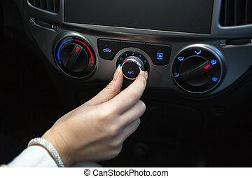 donna, accendere, automobile, aria condizionata