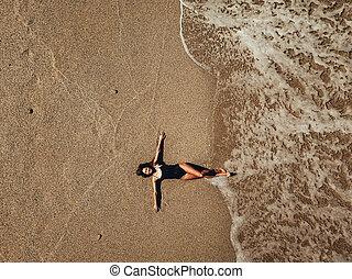 donna, aereo, cima, giovane, sabbia, onde, spiaggia, dire bugie, vista