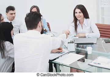 donna affari, è, stringere mano, con, un, impiegato, a, uno, lavoro, riunione