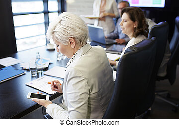 donna affari, comunicare, vicino, il, smartphone