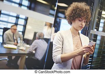 donna affari, dattilografia, messaggio, su, il, telefono mobile