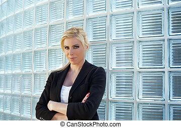 donna affari, inclinandosi, vetro, mattoni