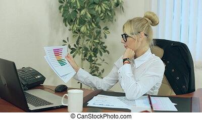 donna affari, lavorativo, con, rapporti, su, progresso, fatto