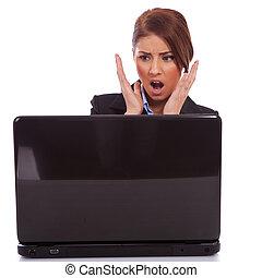 donna affari, lettura, cattive notizie, a, laptop