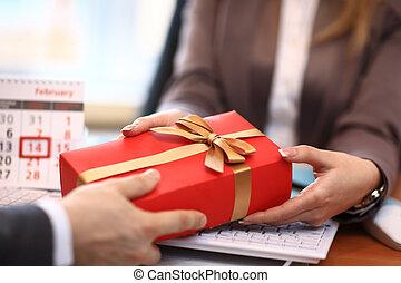 donna affari, regalo, offerta, uomo