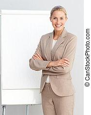donna affari, standing, a, uno, presentazione, asse