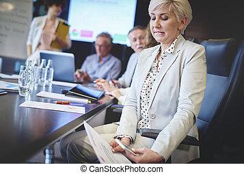 donna affari, testo segnalando, durante, riunione