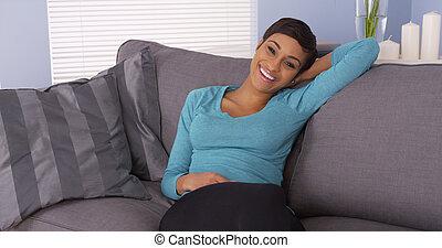 donna africana, carino, rilassante, divano