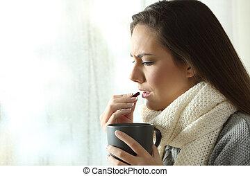 donna ammalata, presa, uno, pillola, a casa, in, inverno