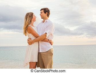donna, amore, romantico, osservare, sole, coppia abbracciando, oceano, set, tramonto, ciascuno, felice, spiaggia, altro., uomo