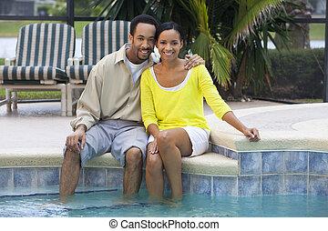 donna, anni trenta, pool., seduta, coppia, piedi, loro, americano, uomo, africano, felice, nuoto