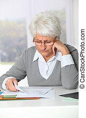 donna anziana, detenere, guaio, riempendo, lavoro ufficio