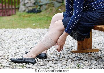 donna, applicare, compressione, varicose, fasciatura, vene