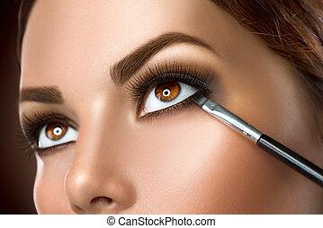 donna, applicare, eyeliner, trucco, closeup.
