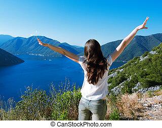 donna, aprire bracci, a, il, alba, stare in piedi, cima, di, montagna