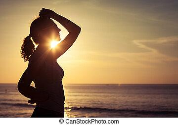 donna, aprire bracci, sotto, il, alba, mare